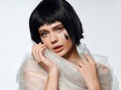 Brünette mit hellem Make-up Luxus Charme transparenten Stoff
