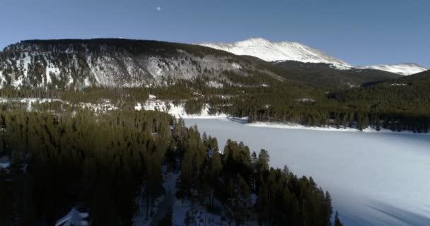 Létání nad plesa v Colorado Rocky Mountains při západu slunce