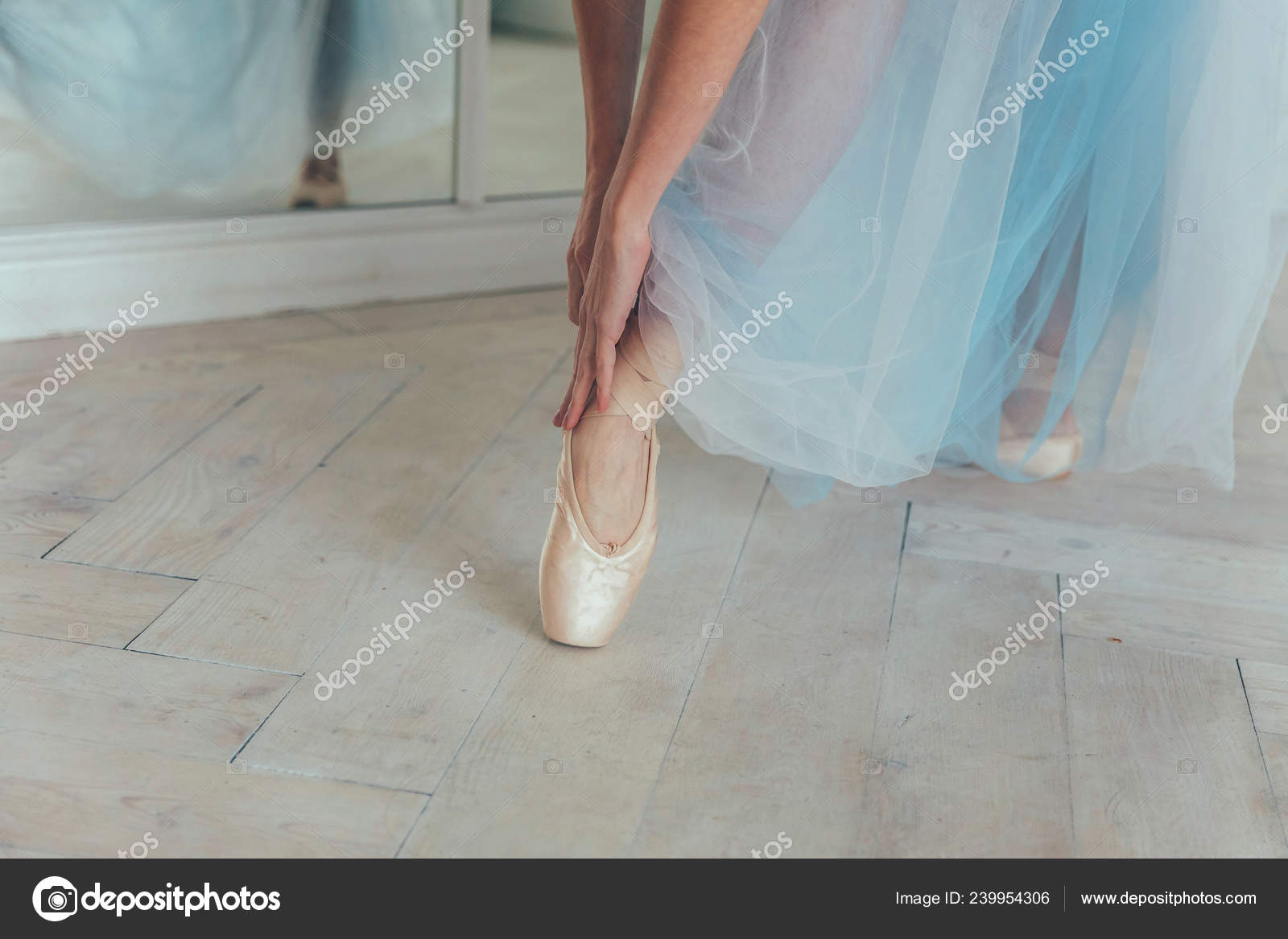 Mani Della Ballerina Tutu Blu Gonna Mette Sui Pattini Del