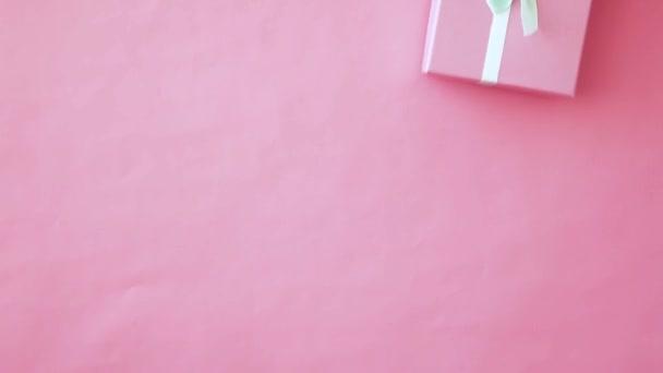 Egyszerűen design női nő kezében Pink díszdobozban izolált rózsaszín pasztell színes trendi háttér