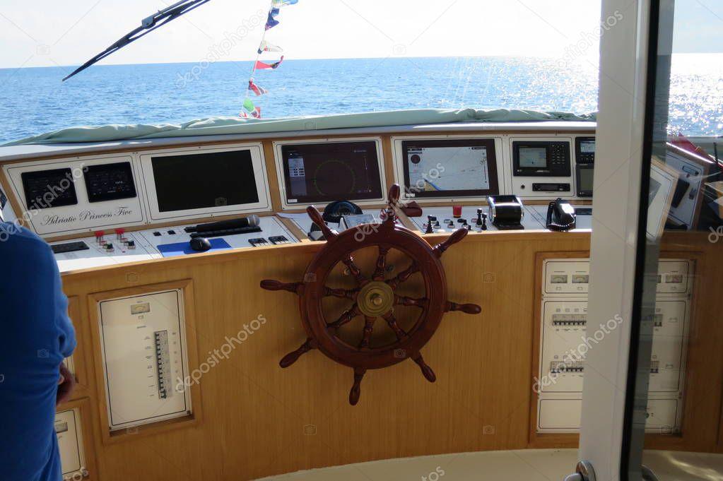 Boot Navigation Gefechtsstand Mit Helm Stockfoto Stanga190