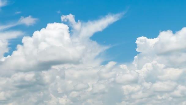 Fehér felhők haladunk a gyönyörű kék ég, a fényes nap.