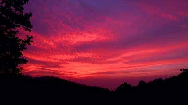 A naplementét hegyi Chiang Rai téli szezonban. Hihetetlen. az ég kiderült egy intenzív pinky piros szín, amit ideiglenes tákolmány mindenki megjelenés sugárzó. Mielőtt eltűnik a sötétben