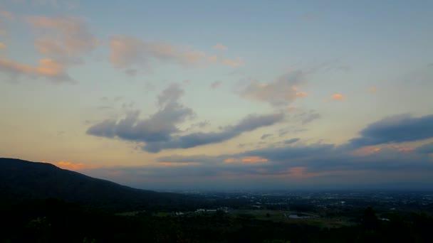 Krásné barvy na večerní obloze.
