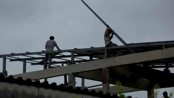 Stavební dělníci jsou výstavby domů instalací střechy