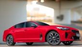 Fotografie Červené auto na pozadí městské prostředí. Stylové, moderní, světlé obrázek auta pro návrhu řešení