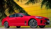 Fotografie Červené auto na pozadí palem. Stylové, moderní, světlé obrázek auta pro návrhu řešení