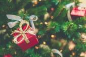 Fotografia albero di Natale abete con decorazioni.