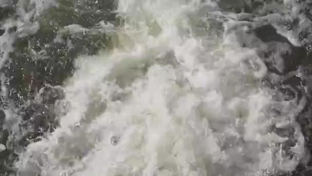 Wasser fließt aus der Kläranlage
