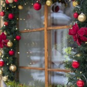 Fotografie window decorated with branches of fir and Christmas tinsel