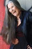 Šťastná smějící se starší žena s šedými vlasy
