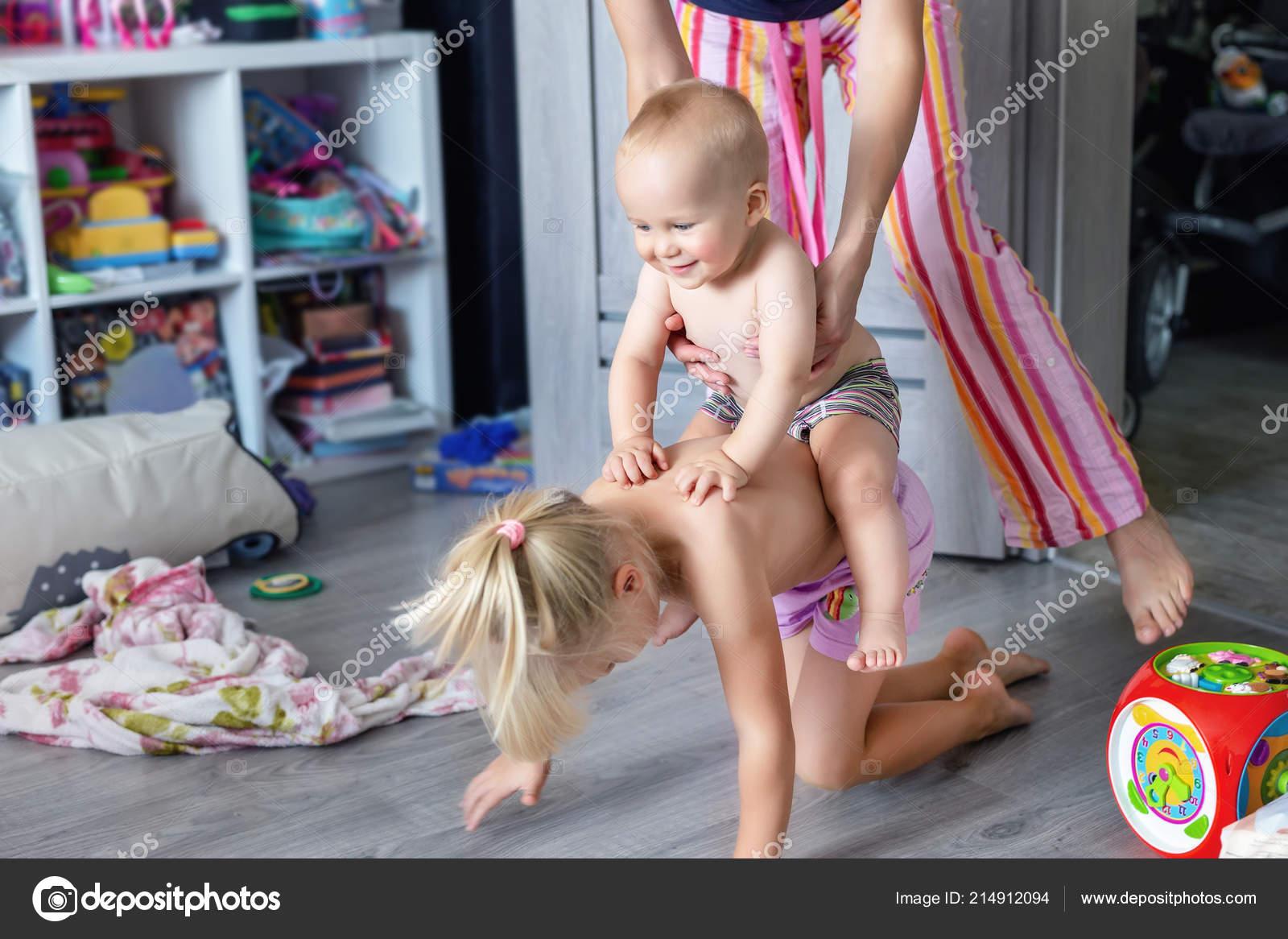 Сестра играла а он вставил ей, Сестра приклеилась к столу, а брат воспользовался этим 21 фотография