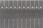 Fotografie Leere im freien Parkplatz mit behinderten-Symbol-Symbol. Prking Plätze für Behinderte reserviert. Luftbild-Drohne Ansicht