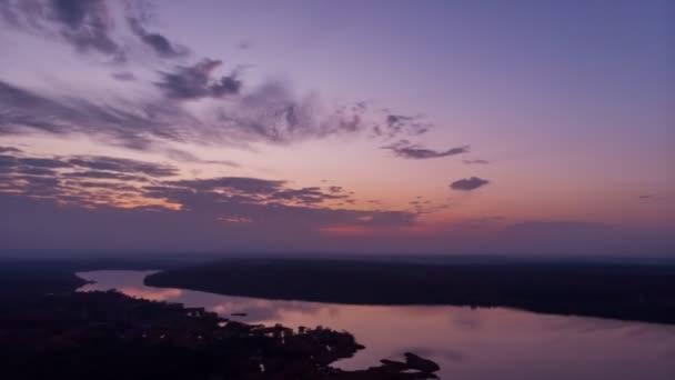 Malebný západ slunce nad řekou timelapse. Fialové dramaric zamračená obloha soumraku