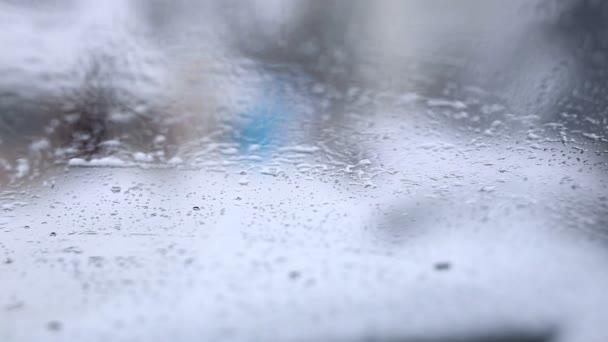 Sníh padá na čelní sklo auta na mrazivý zimní den. Stěrače čištění obrazovky. Výhledu z interiéru vozidla. Zimní jízdy pozadí. Mělké zaměření