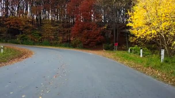 Horská silnice a krásnou podzimní krajinou