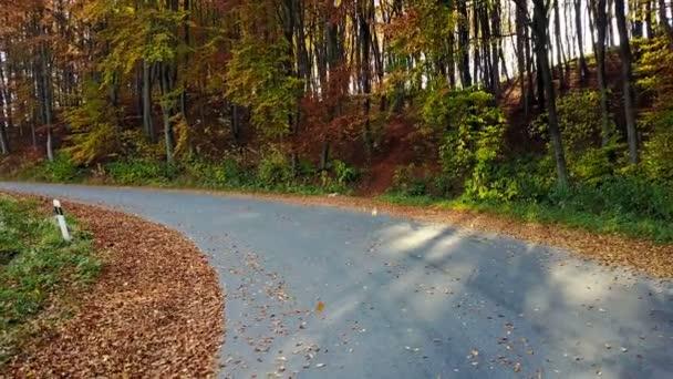 Pohled na horské silnici a krásnou podzimní krajinou