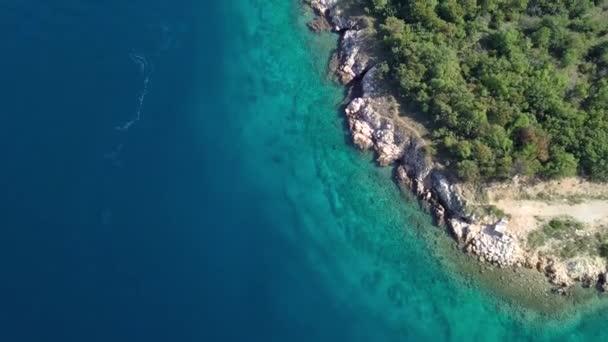 Letecký pohled na křišťálově čisté vody z pobřeží inisland Krk, Chorvatsko