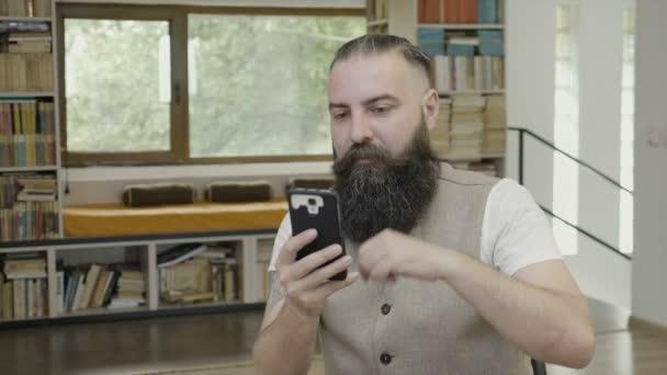Abbigliamento Ufficio Uomo : Uomo di affari con la barba che indossa abbigliamento casual
