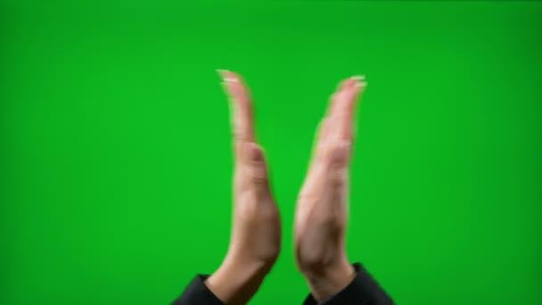 Fiatal női mutatja a különböző üzleti kézmozdulatok ellen zöld képernyő mutatva remek ujjak ok peace sign taps