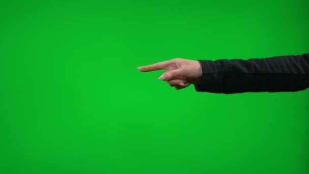 Mladé samice ruka ukázal před zelená obrazovka prezentace polohovací palec nahoru přitahování, tleskání