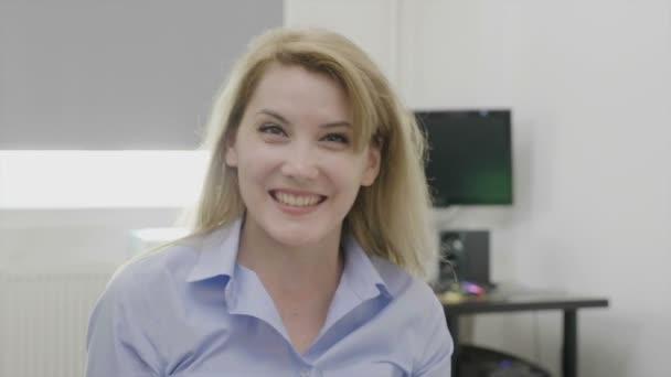 Vzrušený krásné ženy podnikatel zvyšování paže šťastná a věří pro její úspěch obchodní úspěch a vítězství