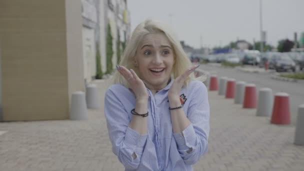 Krásné dospívající dívka mává rukama vyjádření drtivé happinessor radostné vzrušení na něco neuvěřitelného