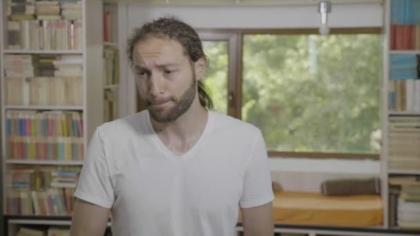 Fáradt hallgató dörzsöli a szemét, és Ásító érzés álmos és untatott tanulmány szobába portréja