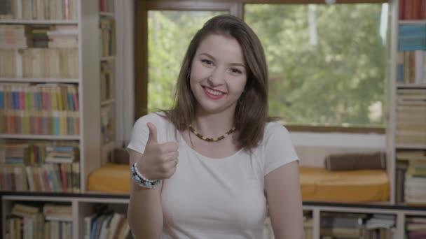 Mladý podnikatel žena příležitostné oblečený polohovací palec nahoru za schválení a dobrou práci znamení