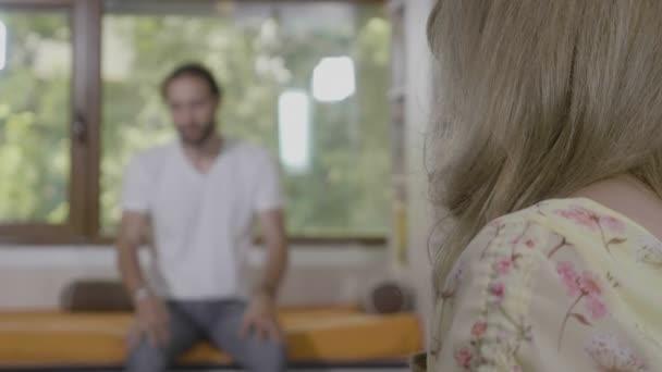 Portrét mladé ženy psychoterapeut zkoumání a podporuje její úzkosti a trápí muže ve studiu