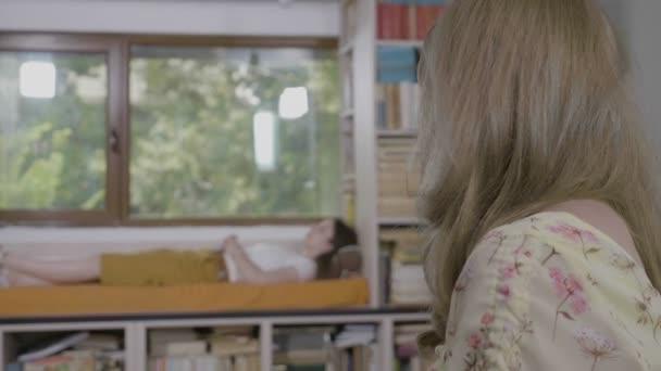Psycholog mladá žena poradenství svého pacienta s soukromé terapeutické sezení v její kanceláři když pacient leží na trenéra