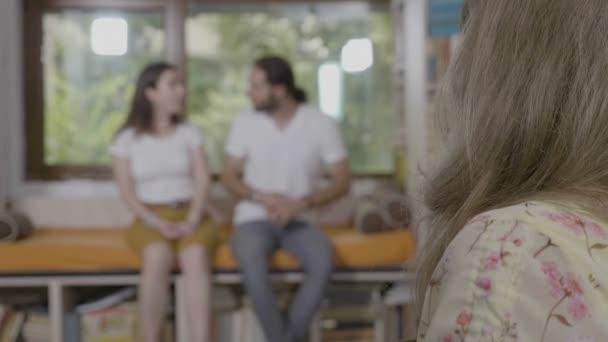 Odsouhlasené mladý pár pracující na jejich vztah otázkách diskutovat navzájem během psychoterapie session řízené odborný psycholog