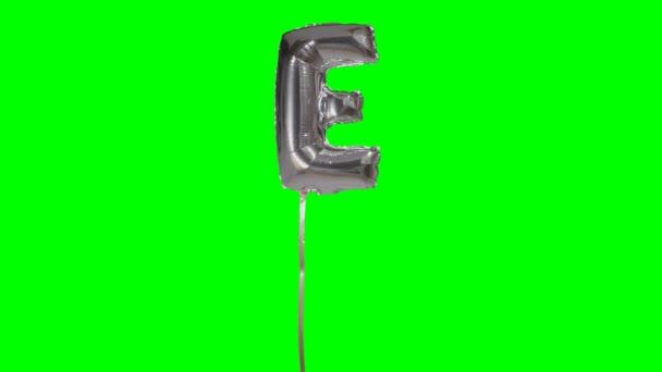 Písmeno E abeceda helium stříbrné bubliny plovoucí na zelené obrazovce