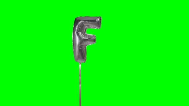 Písmeno F abeceda helium stříbrné bubliny plovoucí na zelené obrazovce