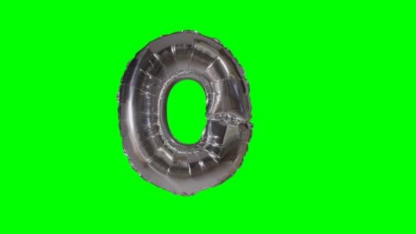 Velké písmeno O od abecedy stříbrný balon plovoucí na zelené obrazovce
