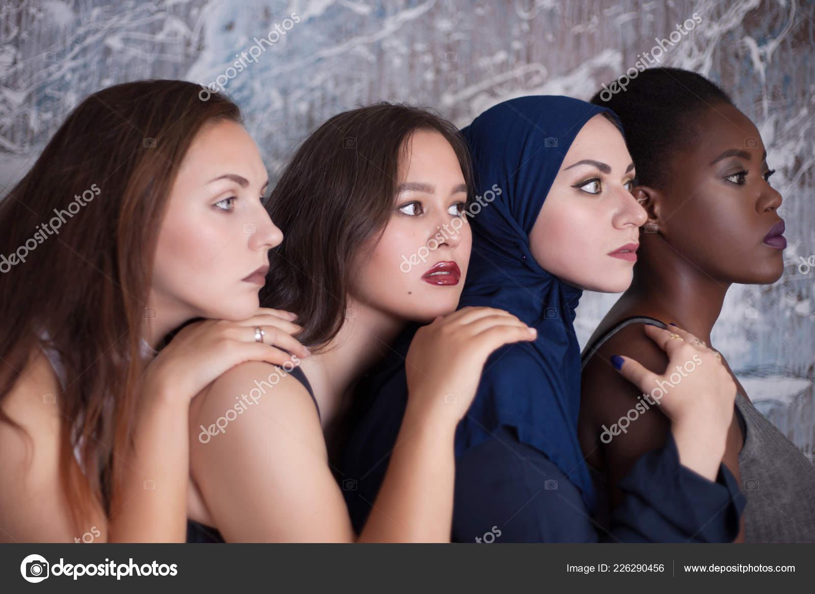 Portrait Quatre Jeunes Filles Avec Couleur Peau Différente