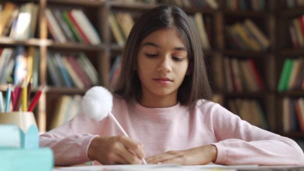 Šťastný indický školní dívka učení online třídy, sledování video lekce na notebooku.