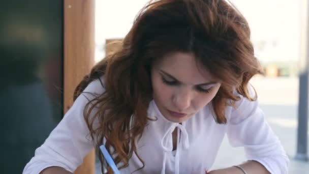 Portrét koncentrovaného ženy pracující s dokumenty mimo
