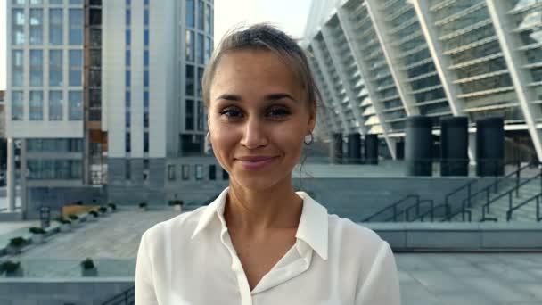 Portrét s úsměvem obchodních žena při pohledu na fotoaparát. Zpomalený pohyb