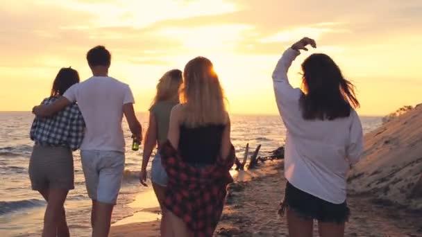 Séta a tengerparton, és a csengő üveg sörrel meg. Napnyugta időpontja.