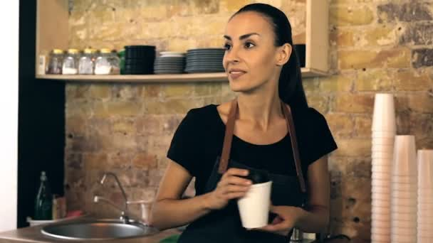 Servírka dát šálek kávy zákazníkovi. Zákazník dělá Nfcpayment.