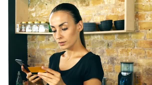 Vonzó fiatal nő. A tulajdonos (pincérnő vagy vevő). Állandó, a kávé bolt, smartphone és hitelkártya. Csinál fizetés.