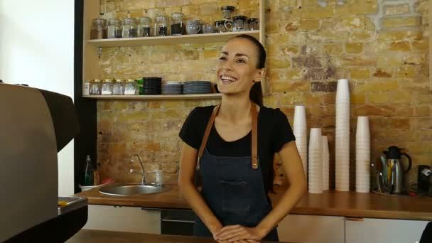Portrét žena šťastná, usměvavá barista (nebo majitel kavárny) pozdrav odběratele.