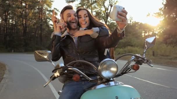 Fotózni a snapshot kamera során a hivatása, a boldog fiatal pár.