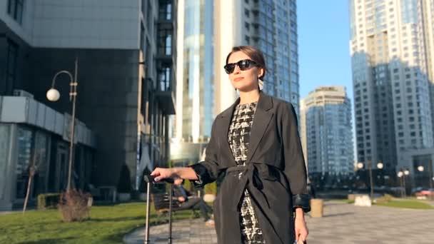 Elegantní žena na ulici s kabelka.