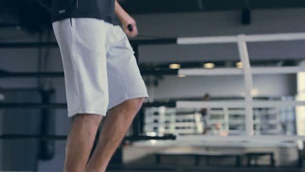 Sportovní muž přeskočil v tělocvičně
