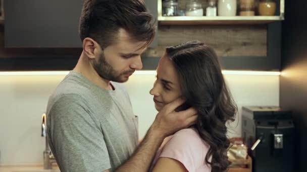 Portrét mladé snoubence objímání a líbání