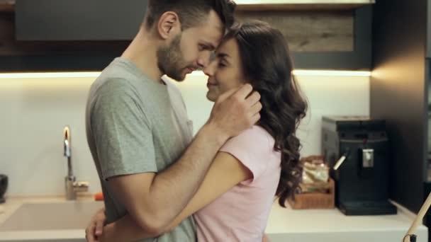 Šťastný pár objímání a líbání doma
