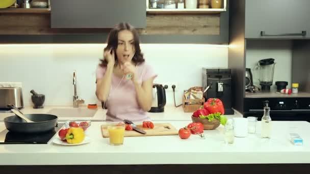 Lustige Frau Verrückt Tanzen Der Küche Und Musik Kopfhörer Hören ...