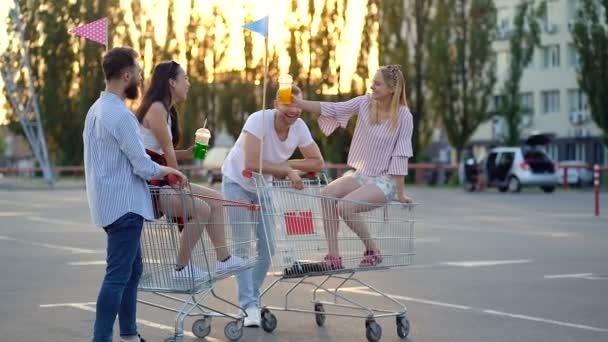 Skupina čtyř přátel stála na parkovišti u auta. Úsměv, mluvení a cinčení plsních šálků.